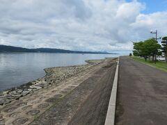 目の前が宍道湖になっています。  出雲方向に長い湖で、朝からシジミ漁をされている方もいました。