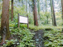 次に熊野神社近くの、熊野堂横穴墓群です。砂岩が露出する斜面に造られています。お墓の数は、百数十基以上で、宮城県内でも有数の横穴墓群です。