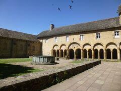 ◆Le Toresor 宝物館  どこだどこだ、とちょっと迷いつつ、翼廊を右に出たところに回廊が