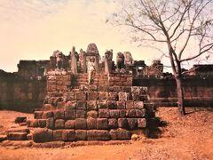 East Mebon(東メボン)  01月18日(木)    アンコールトムの東側にあり アンコールワット寺院が建設されるよりも前の 10世紀に Rajendravarman Ⅱ (ラージェンドラヴァルマン2世)によって 建立されたヒンドゥー教寺院。  灌漑用に掘られた人口湖である East Baray(東バライ)の 中央の人工島に建設されていて 建設当初は船で東メボンに渡っていたと 伝わっています。