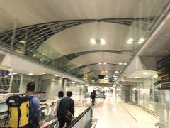 はい、バンコクに到着です。 00時です。真夜中です。急いで空港を出て、両替を済ませました。 残念ながらSuper Richは閉店してしまったので、別の場所で。