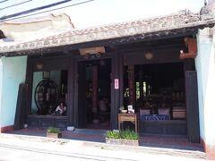 チャンフー通りにある、お目当ての「リーチングアウトティーハウス」に到着です!  ここはるなさんが行っていらして気になっていたカフェ。 また、他の友達にもお勧めされたので、必ず来ようと決めていました♪  ★Reaching Out Tea House 131 Tran Phu St., Hoi An