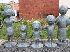 最後尾はサザエさん公園 サザエさん一家の銅像が目の前にありました
