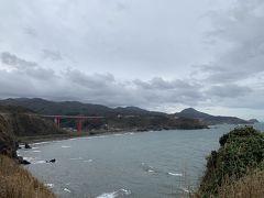 そこから車を走らせ柏崎市にやって来ました。 小千谷市から距離はありますが、ガラガラの高速道路を走るのであっという間に到着です。  グルリと日本海を眺めることができる絶景ポイント。晴れていればもっと美しい景色を楽しむことができたでしょう。この日は立っているのがやっとな程の強風と高波…。