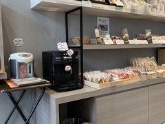 チェックアウトを済ませて向かったのは石和温泉駅。  ロータリー沿いにある洋菓子店【清月】に入ってみました。 店内を見ながら無料でコーヒーをいただく事ができます。