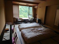 翆明館(鉄筋和室)のお部屋です。  感染予防対策の為、はじめから布団が敷いてありました。