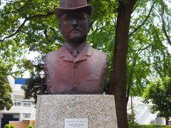 ブラントン胸像 「1868年(明治元年)政府の招聘により来日した英国人土木技師R・H・ブラントンは、(中略)日本沿岸各地に灯台を建設する一方、(中略)日本大通りや横浜公園の設計を行うなど、近代的なまちづくりに大きな足跡をのこしました。」(案内板)