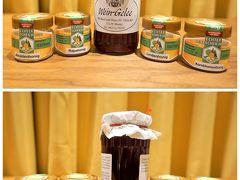 """ホテルの部屋で、お土産のハチミツと赤ワインのジャムを撮影。  ハチミツは左から、アカシヤ、菜の花、菩提樹、Kornblumen。 Kornblumenとは矢車菊のことらしい。 瓶を反対側から見ると、それぞれの特徴がよくわかります。  アカシヤは透明。 日本人が思い描く、いわゆる""""ハチミツ""""のイメージですね。  菜の花は濁って白っぽい。 とても香りがいいんです。ぶどう畑のお気に入り♪  菩提樹も濁っており、菜の花よりは少し黄色。 これも香りが良く、オススメ!  矢車菊も同様に濁っていますが、菩提樹より、もう少し黄色っぽい。 まだ味見していません。どんな味か楽しみ♪  ちなみに、濁っているのは固まっているからではなく、最初からこんな感じなんですよ。 透明なハチミツと比べるとザラっとしていますが、濃厚な味わいです。  フランスのハチミツも美味しいので、今度行ったらマロニエのハチミツを買ってこよう! な~んて思っていたけれど、コロナの感染が広がり、その日はいつ来るのやら…。(T-T)"""