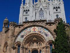 遊園地の奥にはバルセロナの街を見渡すように建つサグラド・コラソン教会。