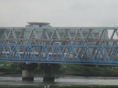 手前から常磐線・つくばエクスプレス 奥の鉄橋には東部スカイツリーラインが走っています