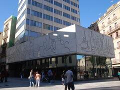 そそくさと「4CATS」を出たら、サンタ・エウラリア大聖堂の前の広場にあるピカソの壁画を見て・・・