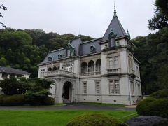 松山城のすぐ下にある大正7年に建てられた萬翠荘は、松山藩主の子孫久松伯爵の別邸 アールヌーボー風の左右非対称の外観になっています。