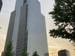 夕暮れ時に、無料で仙台の夜景が楽しめるというSS30の最上階へ。 向かいにあるウェスティン仙台の建物が夕日で綺麗です。