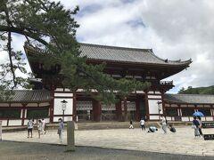 立派な中門  大仏殿の入り口は左手にあります。