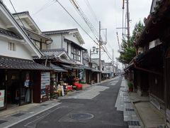 伝統的建造物保存地区だけあって、蔵のような白壁の商家が立ち並んでいます。