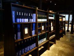 手前の棚に陳列されている「夢の扉」という銘柄は、モーツァルトの音楽による振動を利用して、タンクを振るわせて醸造を行った日本酒です。