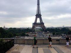 エッフェル塔を見渡せる場所が向かいにある事に気づく。 ここ、結婚式写真を撮るカップルあり。