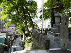 石段を上った最上部にある神社に向かい、更に先を目指します。