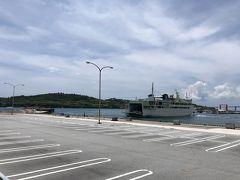 一つ上の写真で目線を左に向けると、瀬底島の全景が見えます。  写真を撮っていると、伊江島カーフェリーが入港してきました (^^♪ カーフェリーの船体に「いえしま」と表記されています。