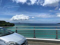 瀬底大橋を車で渡ると、左右には青々と輝く透明度の高い綺麗な海に 囲まれていることから、ビューブリッジとして楽しむことができます。  写真左側には「伊江島(いえじま)」が見えます。 島中央から少し東にずれたところにある三角形に尖った標高172.2mの 城山(ぐすくやま)があるのが目印です。 沖縄本島からもよく見え、「伊江島タッチュー(イータッチュー)」の 愛称で親しまれています。  瀬底大橋を渡ったすぐ下には、透明度抜群の「アンチ浜ビーチ」があり、 コバルトブルーに輝く美しい海と白い砂浜を楽しむことができます。 海水浴やマリンアクティビティの他、砂浜でバーベキューができる エリアや食事がとれる場所もあり、1日ゆっくりと時間を 過ごすことができます (#^^#)