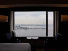 2504号室からの眺望。 正面は在日米軍輸送施設やハマウイング。