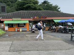 「中央レストラン」は外にもテーブルや椅子が置いてあり、三密が気になる人には良さそうでした。