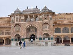 宮殿は今まで見た形と全く違うように見えます。アーチはありますが。ムガル帝国の文化とは全く異なるものであることは分かります。