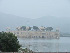 お城から帰る途中で水の宮殿が見えました。夏用の離宮だそうです。 周りが水なので涼しいでしょう。