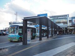 松本城までは周遊バス「タウンスニーカー」にて。 4路線ある中の北コースが松本城や開智学校を通るルート。平日は30分間隔で運行している模様。