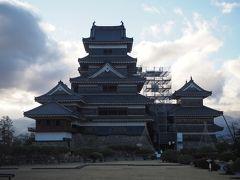 黒門入ってすぐの松本城管理事務所にて百名城スタンプをゲット。正面に見えるは松本城天守のお姿。ちょっと逆光気味で、かつ工事の足場なんかも組まれてしまってますが、これぞ国宝としった立派な佇まい、もちろん現存天守12城の1つでもあります。