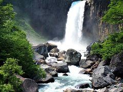 苗名滝( https://www.myoko.tv/fascination/3     ) <資料> 概要 日本の滝百選の1つ。その昔、滝から落ちる水音があまりにも激しく轟音が周囲の森に響きわたりまるで地震のようだったことから地震滝とも呼ばれている。新緑期から紅葉期まで様々な渓谷美を楽しめる。苗名滝では、柱状節理と呼ばれる角柱状態の割れ目がよく発達している。また苗名滝遊歩道の崖上は板状節理と呼ばれる板を何十枚も重ねたような割れ目をもった溶岩が発達している。 ●落差55m ●展望ポイント:滝つぼ附近