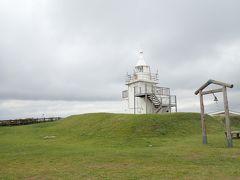 島にある灯台の真っ白な姿