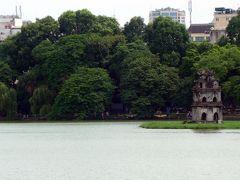6<亀の塔> これは、湖の南の小島にぽつんと建つ「亀の塔」。 湖のシンボル的存在で、観光パンフレットにも載っている。 名所ながら、船などで上陸することはできない。