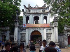 16<文廟(ぶんびょう)> 次に訪れたのは、儒教の開祖「孔子」を祀った霊廟の「文廟」。 ベトナム王朝の国教が仏教から儒教に変わったとき、開祖である「孔子」を祀る文廟が築かれた。ここは、第1の門「文廟門」。