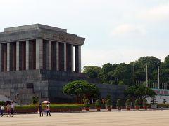 28<ホー・チ・ミン廟> 文廟から約1㎞北に移動し「ホー・チ・ミン廟」へ。 ここに、ベトナム建国の父「ホー・チ・ミン」が眠る。