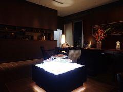 本日のお宿は駅から歩いてすぐの、リーガロイヤルグラン沖縄。 チェックインロビーは照明が落とされ、大人の雰囲気です。 ウエルカムドリンクを頂きながら、座ってチェックインします。