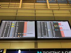 7月に入り、ANA国内線は運休路線が大分減ってきたと聞いていました。 でも19時前に羽田入りして掲示板を見ると、目立つのは「欠航」の赤文字。 夜に出発する便はまだまだ減便体制のようです。