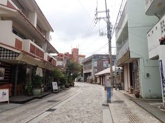 「やちむん」とは、沖縄のことばでやきもの(陶器)のこと。 壺屋やちむん通りには、そんなやきものを扱うお店やカフェなどが並んでいます。