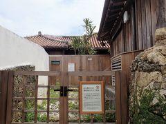 昔ながらの屋敷、新垣家住宅がちらっと見えます。 残念ながら、内部は非公開。