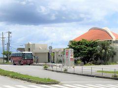 沖縄・国頭郡本部町「本部港」  沖縄本島の本部半島にある本部港の最寄のバス停「本部港」の写真。  ちょうど那覇空港から来た沖縄エアポートシャトル(赤い車体)が 停車しています。  『ヒルトン沖縄瀬底リゾート』による「本部港無料送迎サービス」の 送迎車を利用するために、路線バスを利用してバス停「本部港」で 下車しました。  機内編と那覇空港からの移動はまた別の旅行記に載せます。  こちらは去年利用した空港からの沖縄エアポートシャトル↓  <沖縄 ② JL907便(羽田-那覇間)JALファーストクラス (ボーイング777-200)搭乗記★那覇空港からバスで ヒルトン沖縄北谷リゾートへ>  https://4travel.jp/travelogue/11550736