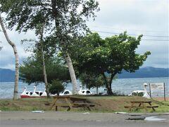 猪苗代湖志田浜です。 https://www.bandaisan.or.jp/fun/shidahama-fun/ レイクサイド磐光や飲食店などがあり、観光シーズンは賑わいを見せる場所です。 猪苗代湖の中では1番立ち寄りやすい場所です。
