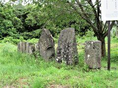 白虎隊 http://www.saginoyu.biz/tonokucti.html 「白虎隊奮戦の地」の傍の、国道49号寄りに、こじんまりとまとめられた墓群が、戦死した会津藩士たちの墓である。 近くに点在していた墓を、今の一画に移した。 http://www.aizue.net/wakamatusi/kawahigasiphoto/miru-tonokuti.html