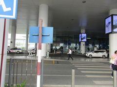 ハノイ・ノイバイ国際空港国際線ターミナルビルのツーリストインフォメーションセンターでタクシーを呼び、宿泊先のロッテホテルハノイに向かいます。