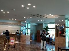 駅から送迎バスが出ているので、そちらに揺られること45分。ホテルに到着しましたー!ホテル軽井沢1130です。  ん?ホテルHPあるある。ロビーの印象がHPの写真とかなり違うなぁ。まあいいや。