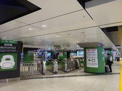 日曜日の東京駅です。やはり人は少ないですね。