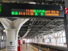 翌日は、高山本線の猪谷行きに乗るため、富山駅2番線に上がります。ちょうど、11時発の「一万三千尺物語」は、観光列車として表示されていました。私が乗るのは10:32発のためまだホームに一万尺物語は入線しておりませんでした。