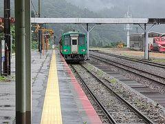 猪谷駅に約1時間ほどで到着です。こちらでJR西日本からJR東海に営業が替わります。西日本側は、ホームの屋根もなく雨に濡れます。