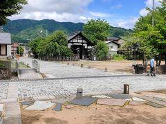 岡田屋さんの前のベンチに腰掛けていただきました。新型コロナと梅雨の真っ只中であるため、観光客はほぼいません。
