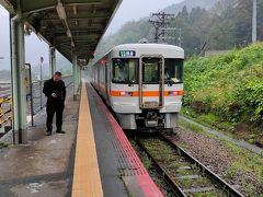 帰りの猪谷駅では雨が強くなりました。富山からのキハ120系が30分遅れで到着し、発車調整するというこです。乗務員さんに確認すると東八尾、速星間が豪雨のため徐行するのでさらに富山に30分延着すると案内をされた。