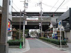 阪堺電気軌道の走っている道路のちょっと奥には、南海電気鉄道の路線が高架になっております。 こちらは、住吉大社駅。  この駅から乗ったこともあったのですが、そのときの様子は、そのうち載せたいと思います。